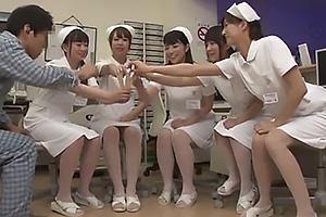 上原亜衣 神波多一花 深夜のナースステーションで美人看護師達とハーレム王様ゲームの画像です